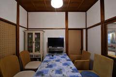 ダイニングテーブルの様子。奥にTVが置かれています。(2017-10-13,共用部,LIVINGROOM,1F)