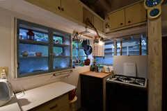キッチンの様子3。ガラス戸の先に共用のティーカップが収納されています。(2017-10-13,共用部,KITCHEN,1F)