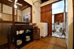 共用の食器棚の様子。奥がバスルームです。バスルームの脇に洗濯機が設置されています。(2017-10-13,共用部,KITCHEN,1F)