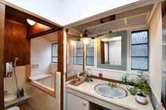 バスルームの脱衣室の様子。脱衣室には洗面台が用意されています。(2017-10-13,共用部,BATH,1F)