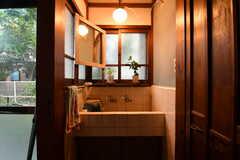 トイレの脇には洗面台が設置されています。(2017-10-13,共用部,WASHSTAND,1F)