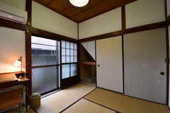 専有部の様子2。掃出し窓から庭へ出られます。(101号室)(2017-10-13,専有部,ROOM,1F)