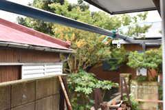 窓の先には物干し器具が用意されています。(102号室)(2017-10-13,専有部,ROOM,1F)