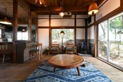 窓際には、ローテーブルとイスが設置されています。(2018-04-16,共用部,LIVINGROOM,1F)