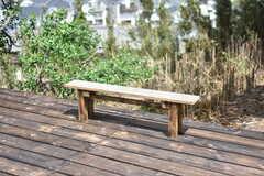 ウッドデッキにはベンチ付き。天気の良い日は腰掛けて、外を眺めることができます。(2018-04-16,共用部,OTHER,1F)