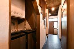 廊下の様子。洗濯機と乾燥機が設置されています。右手のドアは水まわり設備です。(2018-04-16,共用部,LAUNDRY,1F)