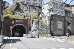 シェアハウス周辺の様子。トンネルがあります。(2018-04-16,共用部,ENVIRONMENT,1F)