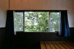 窓の外は緑がたっぷり。(204号室)(2021-06-11,専有部,ROOM,2F)