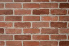 壁の一面がレンガ風のクロスで彩られています。(2013-11-26,共用部,LIVINGROOM,1F)