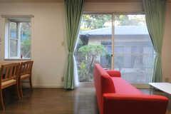 掃き出し窓の外は中庭となっています。(2013-11-26,共用部,LIVINGROOM,1F)