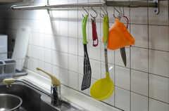 調理器具はフックに掛けて収納します。(2013-11-26,共用部,KITCHEN,1F)