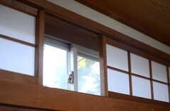 窓の上部には、欄間が設けられています。(A101号室)(2013-11-26,専有部,ROOM,1F)