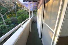 窓の外は共用のベランダです。(A201号室)(2013-11-26,専有部,ROOM,2F)