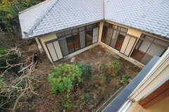 窓から見た中庭の様子。(A203号室)(2013-11-26,専有部,ROOM,2F)