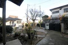 玄関前にも庭が設けられています。(2013-11-26,共用部,OTHER,1F)