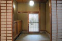 内部から見た玄関周辺の様子。(B棟)(2013-11-26,周辺環境,ENTRANCE,1F)