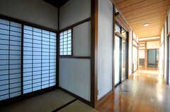 玄関から見た廊下の様子。(B棟)(2013-11-26,共用部,OTHER,1F)