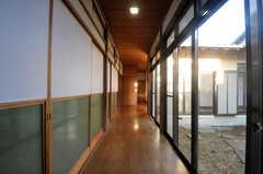 廊下の様子2。突き当たりにトイレと浴室が設けられています。右手の窓が中庭に通じています。(B棟)(2013-11-26,共用部,OTHER,1F)