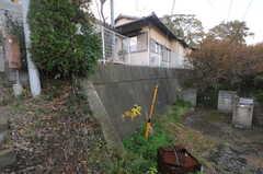 自転車置き場は建物の脇に用意されています。(2013-11-26,共用部,GARAGE,1F)