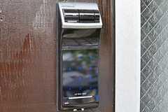玄関のドアはナンバー式のオートロックです。(2012-05-29,周辺環境,ENTRANCE,1F)