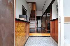 正面玄関から見た内部の様子。玄関を上がって右手がリビングです。(2012-05-29,周辺環境,ENTRANCE,1F)
