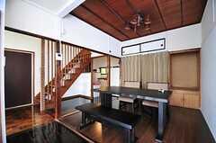 リビングの様子。階段裏に見えるのがキッチンです。(2012-05-29,共用部,LIVINGROOM,1F)