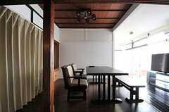 リビングの様子3。カーテンの裏は共用の押し入れです。(2012-05-29,共用部,LIVINGROOM,1F)
