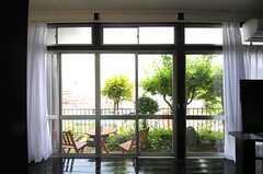 TV脇の掃き出し窓から、庭に出られます。(2012-05-29,共用部,OTHER,1F)