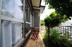 庭はレンガのタイルが敷かれ、チェアとテーブルがあります。(2012-05-29,共用部,OTHER,1F)