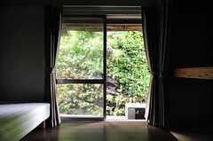 掃き出し窓の外は、岩壁になっています。(102号室)(2012-05-29,専有部,ROOM,1F)