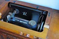 蓋を開けてみるとデスクではなく、なんとミシン台。ただ、実際に使えるかはわかりません。(202号室)(2012-05-29,専有部,ROOM,2F)