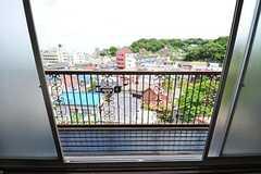 腰高窓を開けると、なかなか解放感ある景色が広がります。(202号室)(2012-05-29,専有部,ROOM,2F)