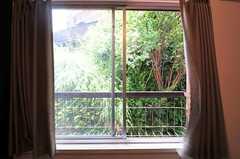 腰高窓から見た外の様子。窓辺にはプランター等も置けそう。(204号室)(2012-05-29,専有部,ROOM,2F)