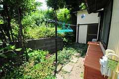 建物の裏手には洗濯物を干せるスペースがあります。(2012-05-29,共用部,OTHER,1F)