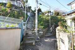 京急本線追浜駅からシェアハウスへ向かう道の様子。坂を登る。(2009-12-18,共用部,ENVIRONMENT,1F)