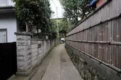 シェアハウス周辺の様子。風情のある小道です。(2010-10-15,共用部,ENVIRONMENT,1F)