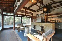 ストーブを挟んでソファが設置されています。(2021-01-07,共用部,LIVINGROOM,1F)