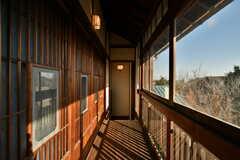 廊下の様子2。足元に伸びる影が素敵。(2021-01-07,共用部,OTHER,2F)