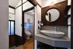 ドアの先がトイレ、洗濯機、シャワールームです。(2021-01-07,共用部,WASHSTAND,1F)