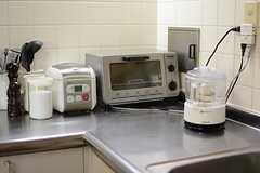 作業スペースにはキッチン家電が並んでいます。(2015-04-03,共用部,KITCHEN,1F)