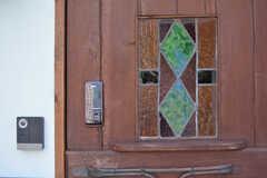 玄関の鍵はナンバー式のオートロック。ドアにはステンドグラスがはめられています。(2020-06-26,周辺環境,ENTRANCE,1F)