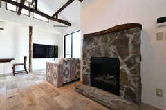 暖炉風のファンヒーターが設置されています。石でできたマントルピースはなんと運営事業者さんお手製!(2020-06-26,共用部,LIVINGROOM,1F)