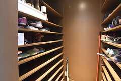 靴箱の様子。専有部ごとに2段づつスペースが用意されています。(2016-05-26,周辺環境,ENTRANCE,1F)