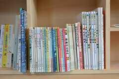 事業者さんが幼少期に読んでいた児童書が陳列されています。(2016-05-26,共用部,OTHER,2F)