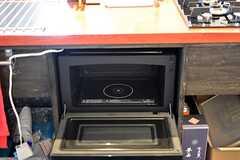 ガスコンロの下にはオーブンが設置されています。(2016-05-26,共用部,KITCHEN,2F)