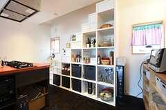 キッチン脇には階段状の食器棚が設置されています。(2016-05-26,共用部,KITCHEN,2F)