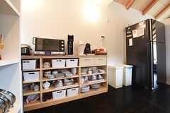 ワインセラー脇の食器棚には、キッチン家電が設置されています。(2016-05-26,共用部,KITCHEN,2F)