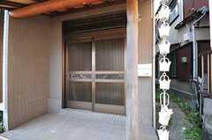 正面玄関は引き戸です。(2012-05-29,周辺環境,ENTRANCE,1F)