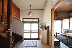 内部から見た玄関の様子。玄関上がって右手に階段、左手にリビングがあります。(2012-05-29,周辺環境,ENTRANCE,1F)