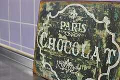 シンク脇に飾られているのはパリのチョコレート屋さんのものでしょうか?(2012-05-29,共用部,KITCHEN,1F)